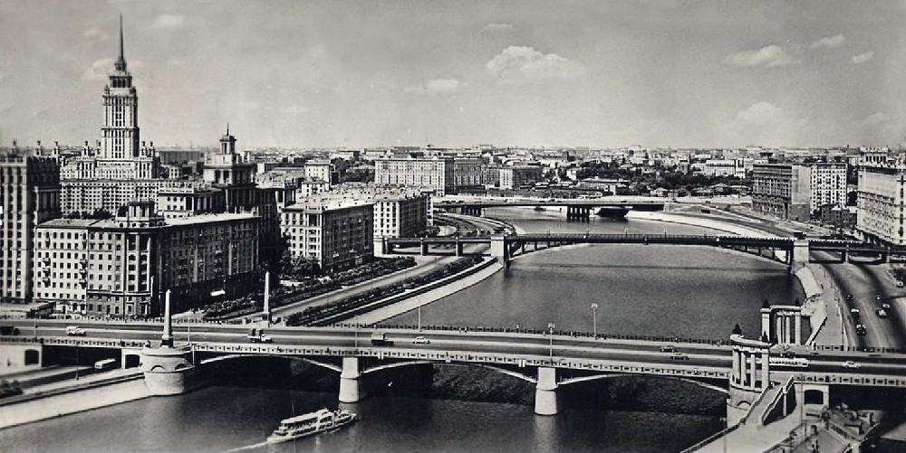 18. Бородинский мост. 1960-1962 годы. На среднем плане Смоленский мост, на дальнем плане Новоарбатский мост.