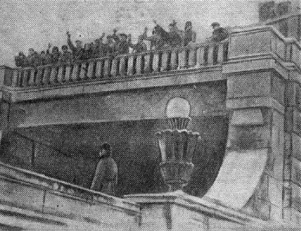 12. На фото метростроевцы 11-й дистанции приветствуют выезд первого поезда на Смоленский метромост. 8 января 1937 года.
