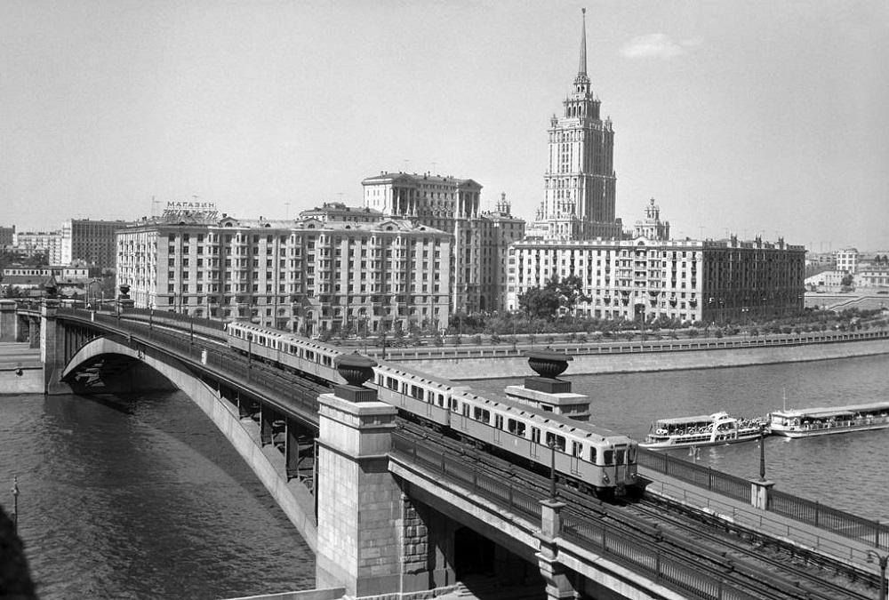 14. Смоленский метромост. 1962 год. На этом фото также хорошо видны прежние пешеходные дорожки вдоль путей. Фото ТАСС.