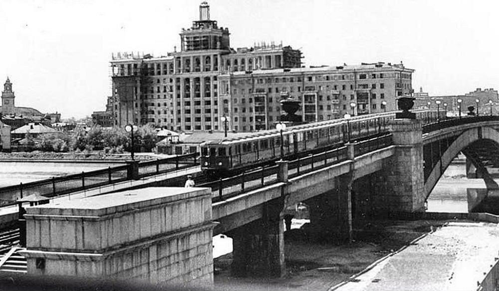10. Следует отметить, что поначалу Смоленский мост был также и пешеходным. В частности в этом смысле, на этом фото заметна фигура милиционера в светлой форменной одежде на пешеходной части моста. 1950-1952 годы.