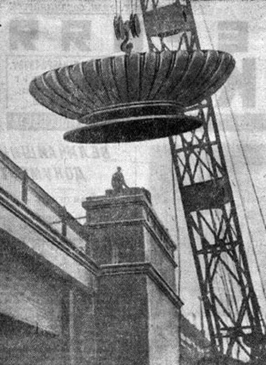 08. Установка четырех массивных чугунных вазонов на пилоны Смоленского метромоста. 1936-1937 годы.