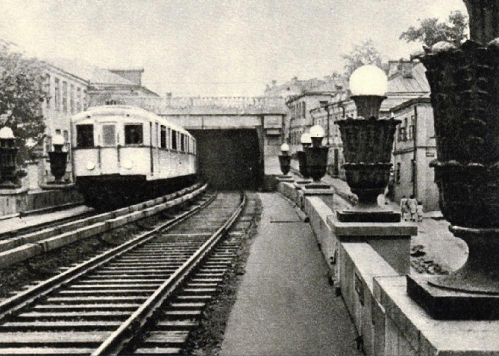 11. Выезд на Смоленский мост со стороны Садового кольца. 1937-1953 годы.