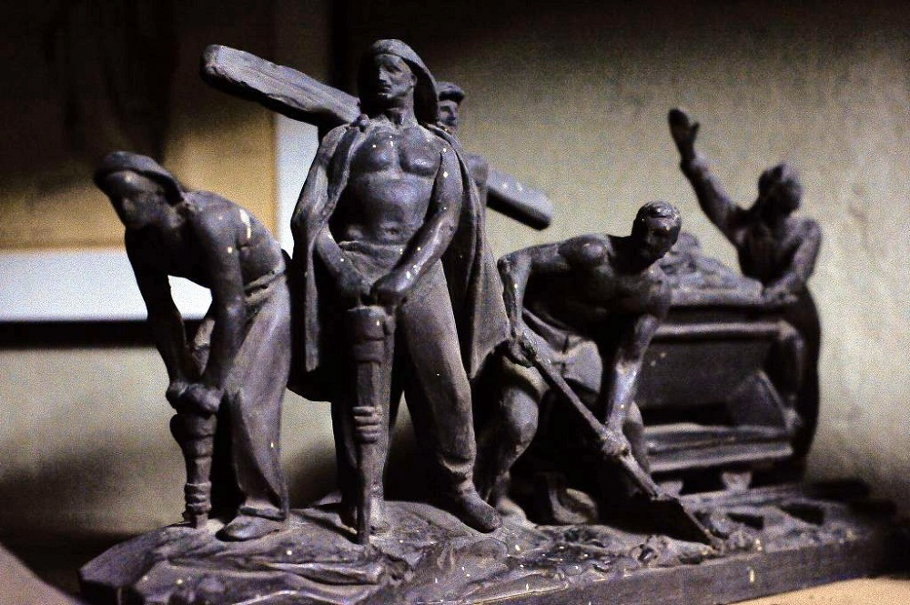 06. Возможно именно подобная скульптурная группа Матвея Манизера должна была украшать первый метромост, как это видно на эскизном проекте (фото 04), но очевидно не судьба, эти четыре скульптурные группы так и не были установлены...