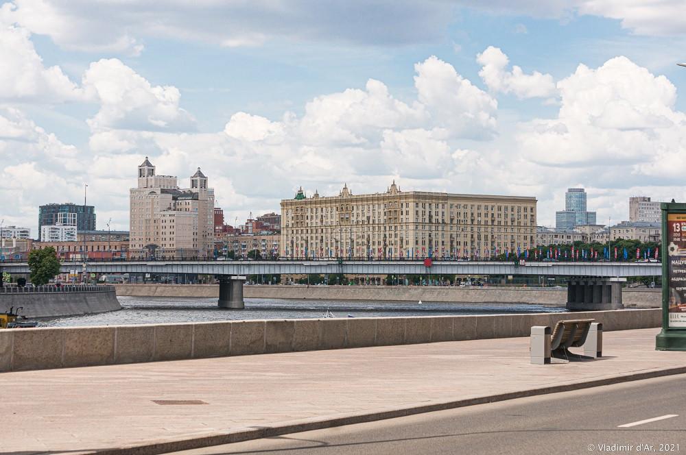 17. Новоарбатский мост — вид со стороны Смоленской набережной в сторону Краснопресненской