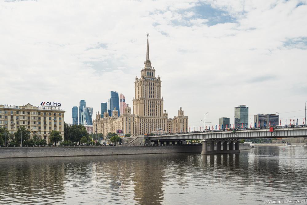 """16. Гостиница """"Украина"""" (Radisson Collection Hotel, Moscow) - вид со стороны Смоленской набережной"""