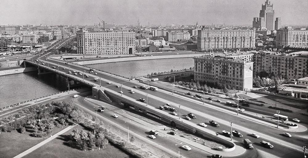 """10. Калининский мост - вид со стороны гостиницы """"Украина"""". 1958 год. Мост предназначен для движения автотранспорта и пешеходов. Проезжая часть включает в себя 8 полос для движения автотранспорта. Перильное ограждение чугунное индивидуального художественного литья, заканчивается на устоях гранитным парапетом. На устоях устроены гранитные лестничные спуски на набережные."""