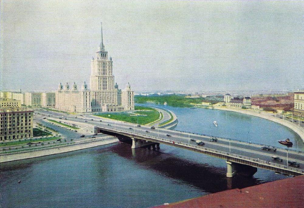 13. Новоарбатский мост на на открытке Изогиз 1961 года. Тираж 200000. Цена 2 коп.