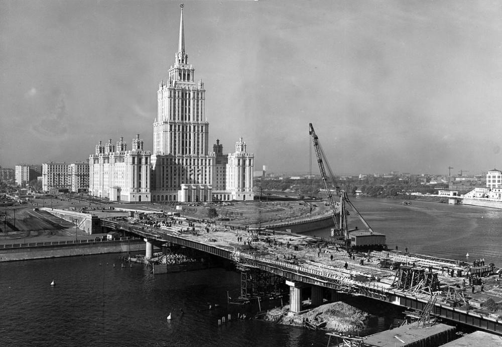 09. Строительство Новоарбатского моста. Хорошо заметен крупный немецкий монтажный кран на рельсовом ходу - основные конструкции моста устанавливались именно с его помощью.