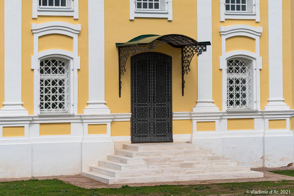18. Дверь храма с южной стороны