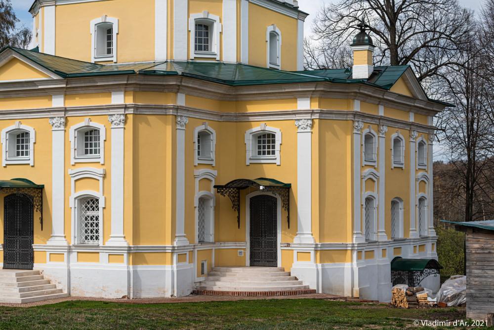 19. Вход в алтарную часть здания церкви с южной стороны