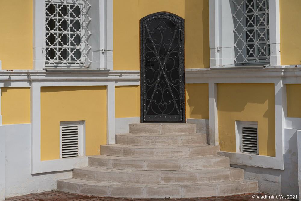 14. Не припомню подобное устройство входной двери церкви с юго-запада под 45 градусов (в углу строения). Почти такая же дверь есть и со стороны юго-востока. Примечательно, что подобных дверей с северо-востока и и северо-запада в храме нет.