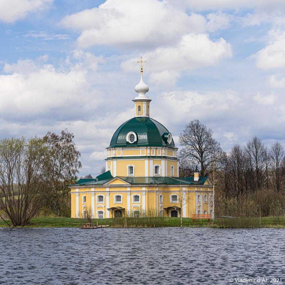 33. Архангельская церковь - снято с дальней стороны усадебного пруда