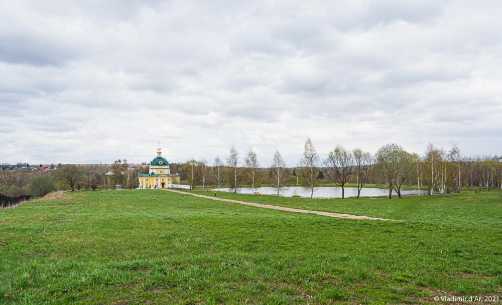 02. Усадьба Тараканово. На дальнем плане Архангельская церковь, справа усадебный пруд, а сразу за прудом, на горе когда-то находился усадебный дом.
