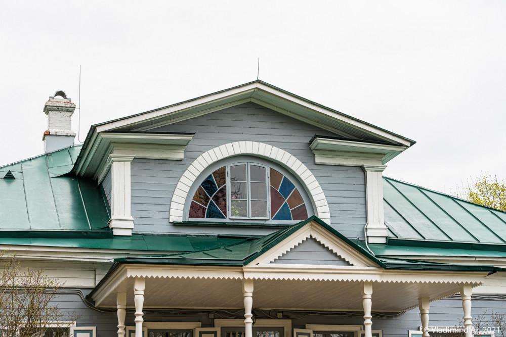 09. Полуциркульное венецианское окно с разноцветными стеклами в мезонине