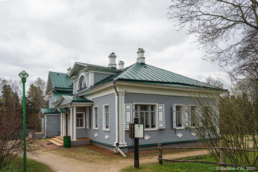 06. Усадебный дом - вид со стороны березовой аллеи
