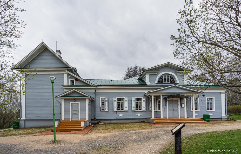 03. Усадебный дом в Шахматово со стороны внутреннего двора и березовой аллеи