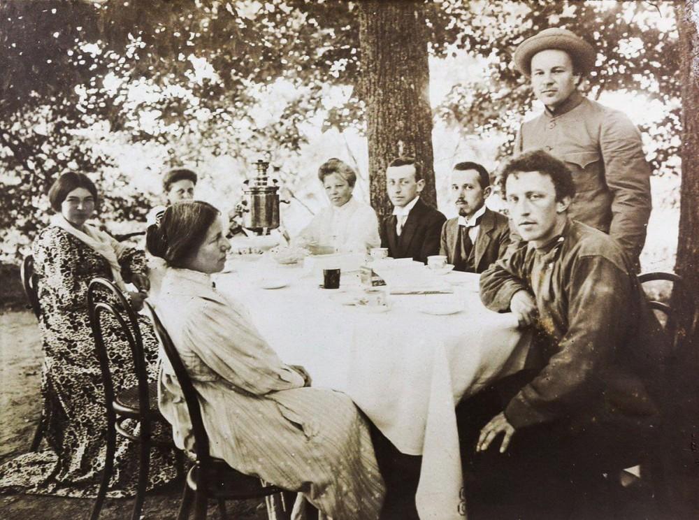 """11. """"Чаепитие под липами"""". Александр Блок (справа) и его родные. 1909 год."""