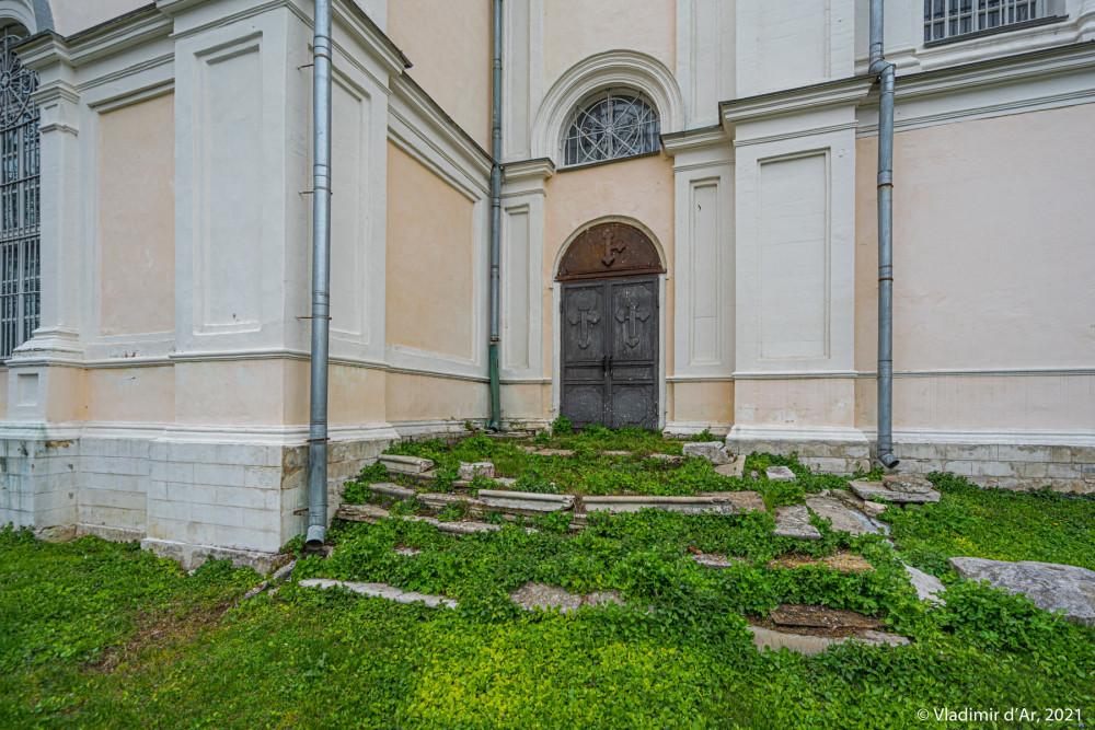 23. Вход в пространства между основным объемом храма и трапезной