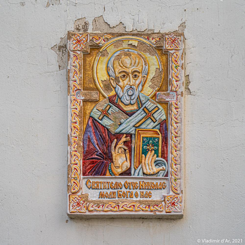 20. Изразцовая икона святителя Николая на южном фасаде четверика церкви