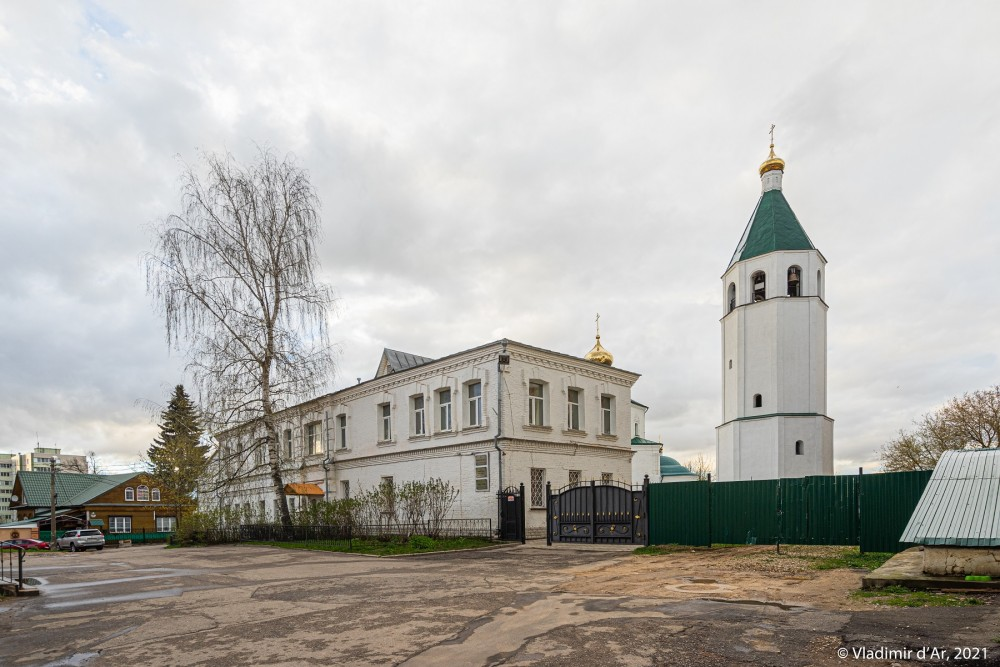 11. Гостиница соборного комплекса, вход на территорию Воскресенского храма.