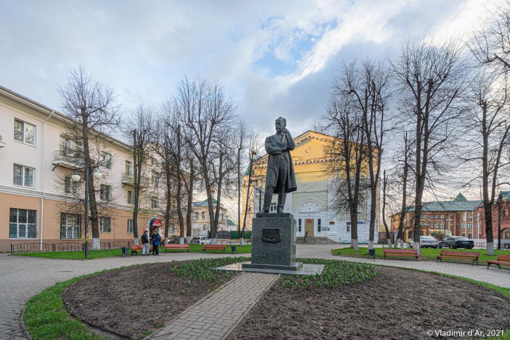 24. Памятник П.И. Чайковскому на Торговой площади Клина