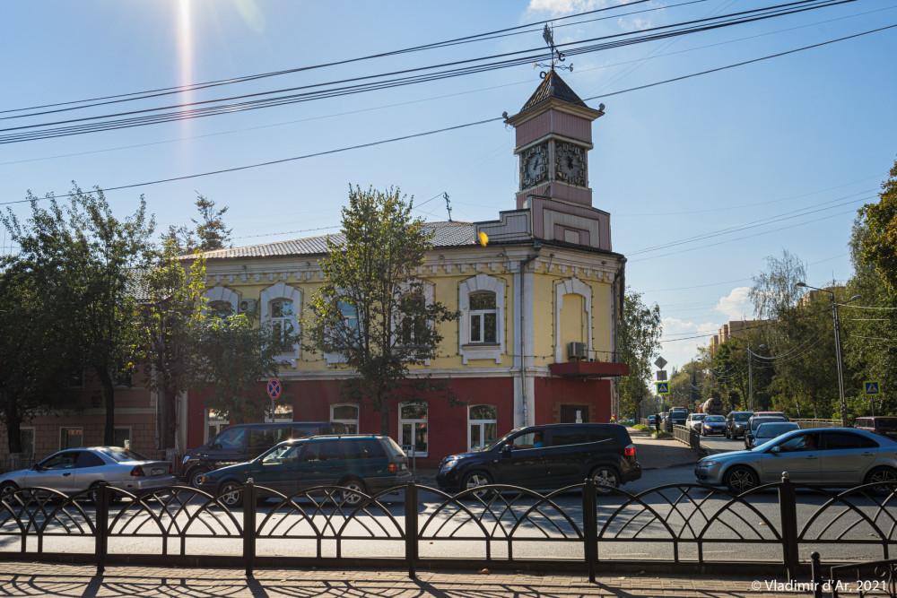 """28. """"Дом под часами"""" (Торгсин). Справа - Литейная улица"""