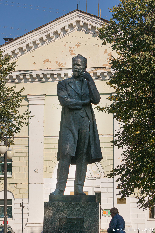 36. Памятник П.И. Чайковскому в сквере на бывшей Торговой площади