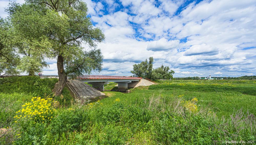 02. На первом плане мост через реку Яхрома (канал). На дальнем плане справа Николо-Пешношский монастырь.