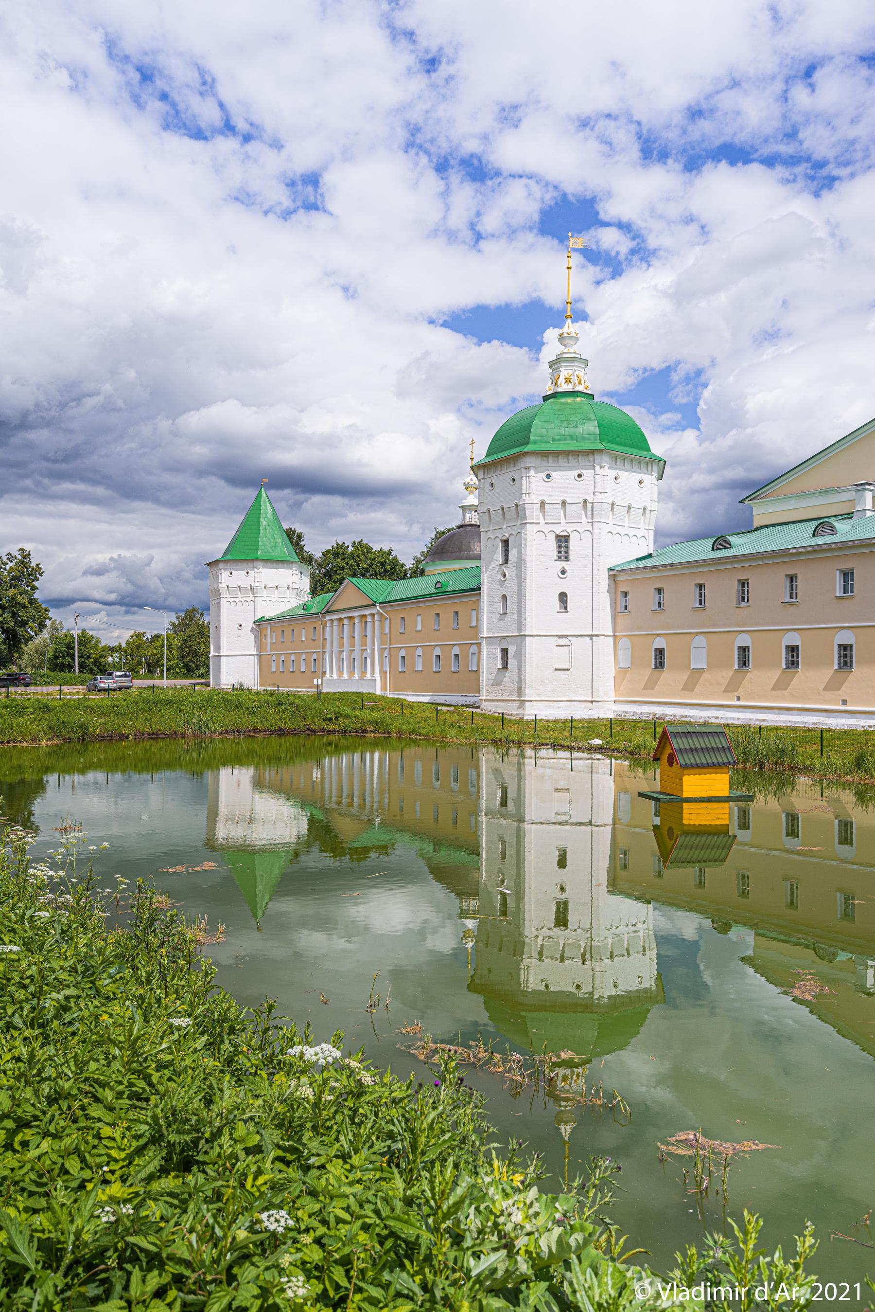 39. Николо-Пешношский монастырь - вид с юго-западной стороны. На первом плане - монастырский пруд.