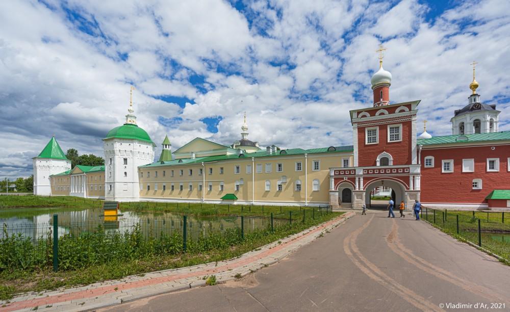 18. Западный фасад Николо-Пешношского монастыря