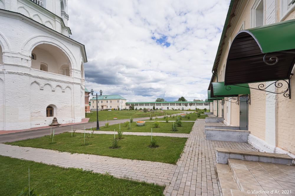 21. Вид территории монастыря от Юго-Западной башни на бывший некрополь - на дальнем плане