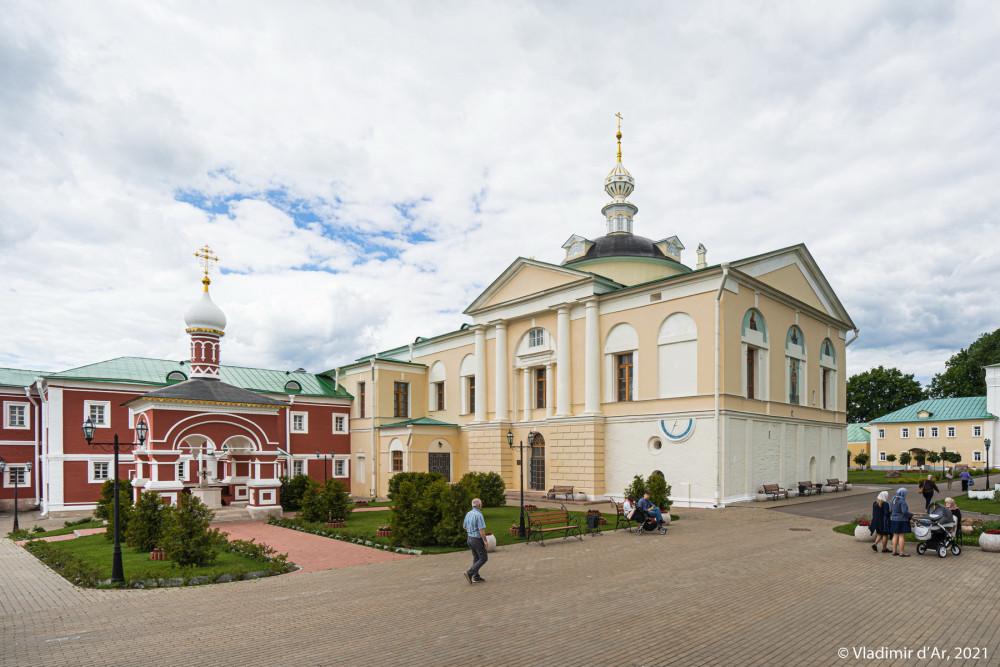 25. Водосвятная часовня и Сретенская церковь. На южном фасаде церкви можно увидеть солнечные часы в верхней части угла подклета