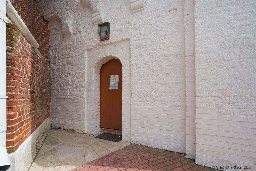 13. Вход в церковь Мефодия Пешношского