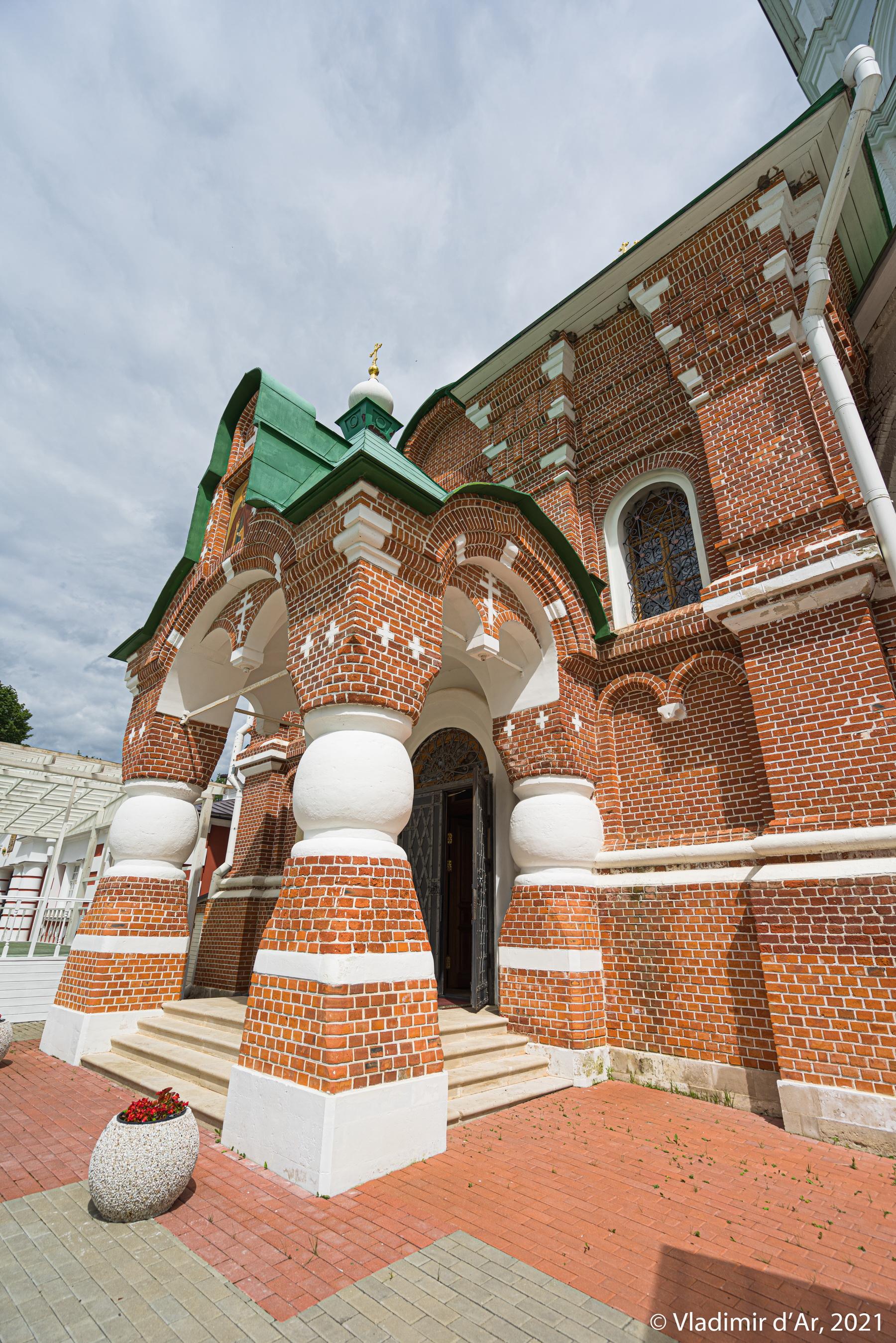 20. Фигурное крыльцо входа в Сергиевскую церковь