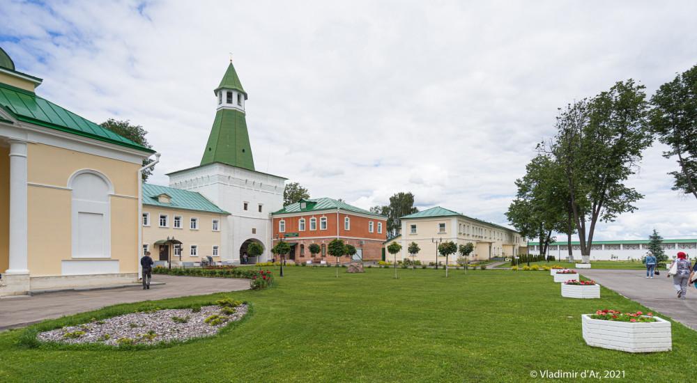 34. Спасская башня, современная трапезная (красного цвета) , Северный братский корпус