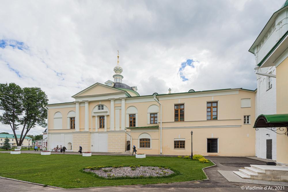 14. Сретенская церковь - северный фасад - вид с территории монастыря
