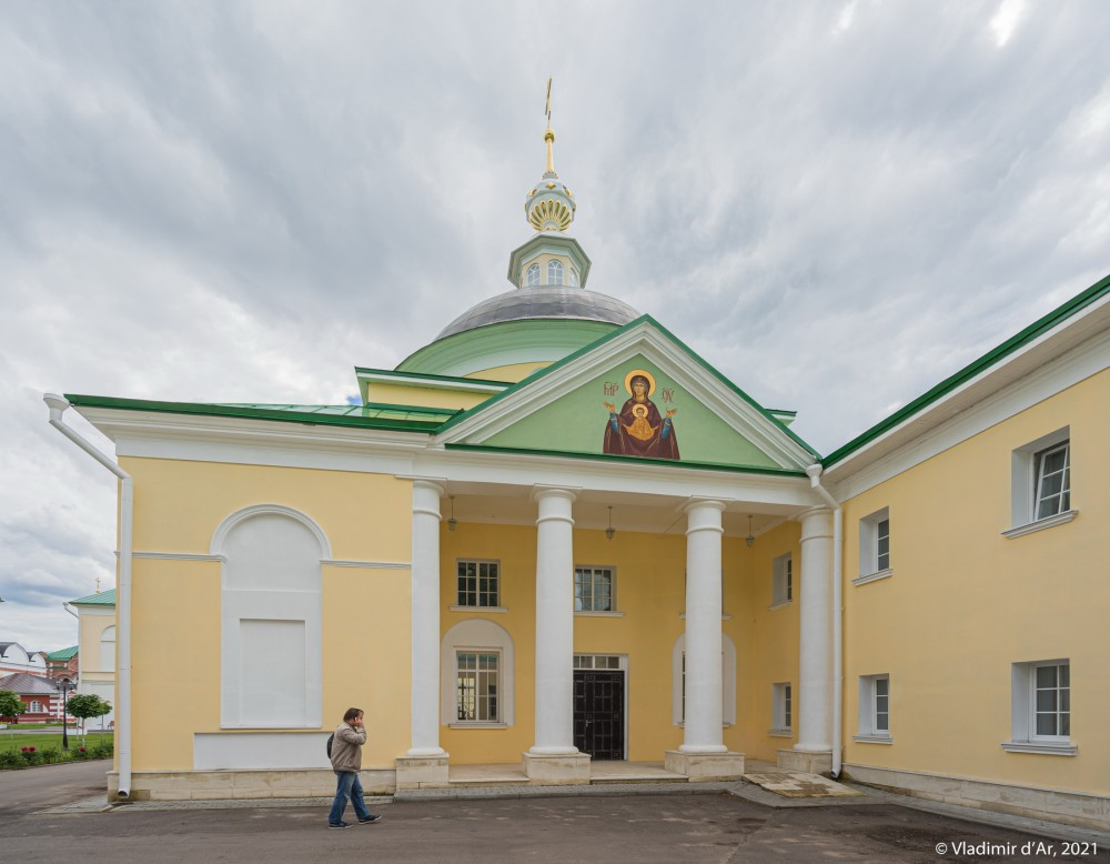07. Церковь Дмитрия Ростовского с больничными палатами - северный фасад - вид с территории монастыря
