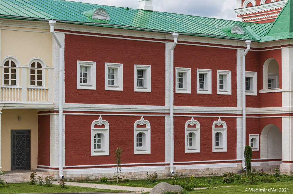 39. Фасад Настоятельского корпуса - вид с монастырского двора