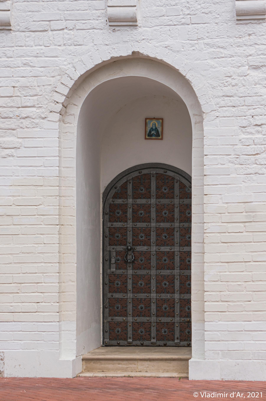 13. Вход в нижний храм