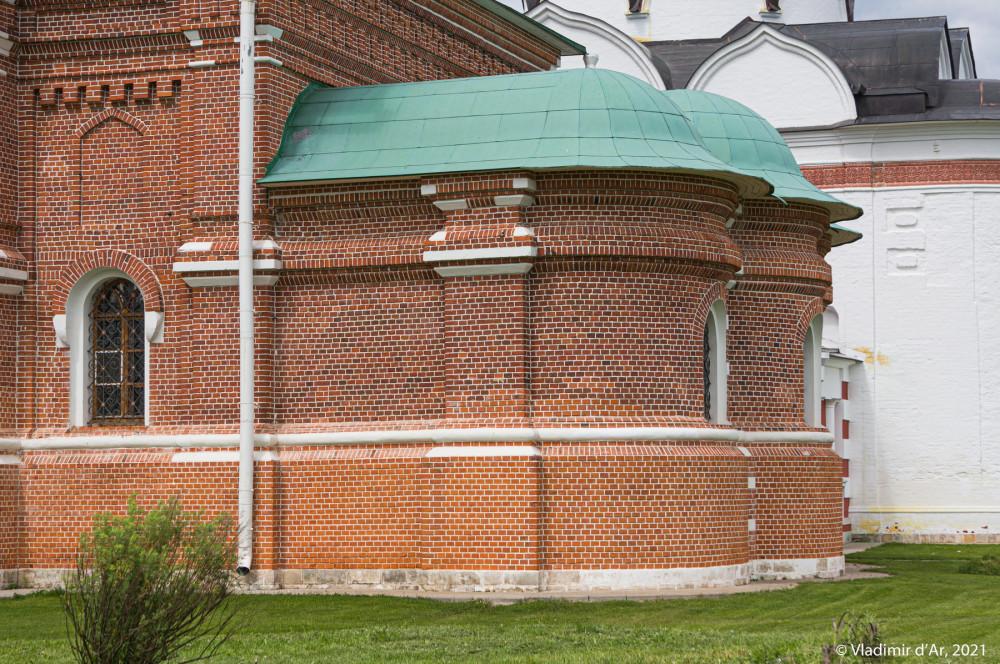 11. Апсиды Сергиевской церкви - вид с южной стороны