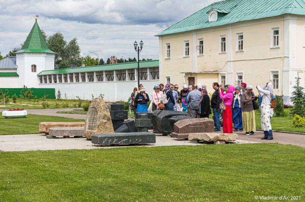 23. Остатки надгробных памятников некрополя Николо-Пешношского монастыря