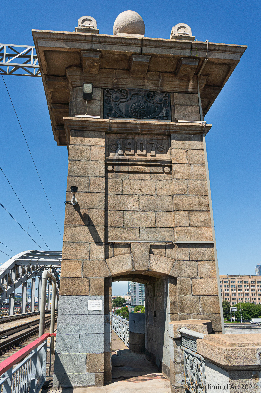 """13. Правая башенка опоры моста. """"Белая табличка"""", что видна рядом с проходом под башенкой говорит о том, чтобы пешеходы смотрели под ноги...)"""