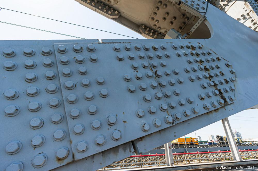 15. Крепеж конструкций моста на множестве крупных болтов...