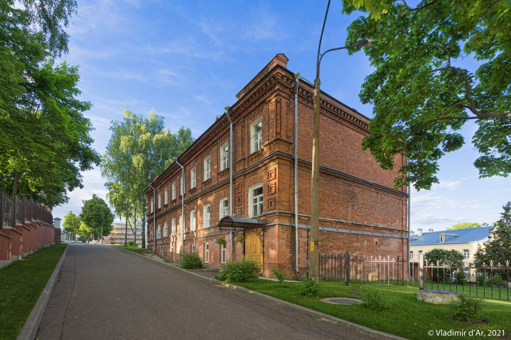 02.Слева ограда бывшего некрополя, а справа Келейный корпус (ок. 1900 г.)
