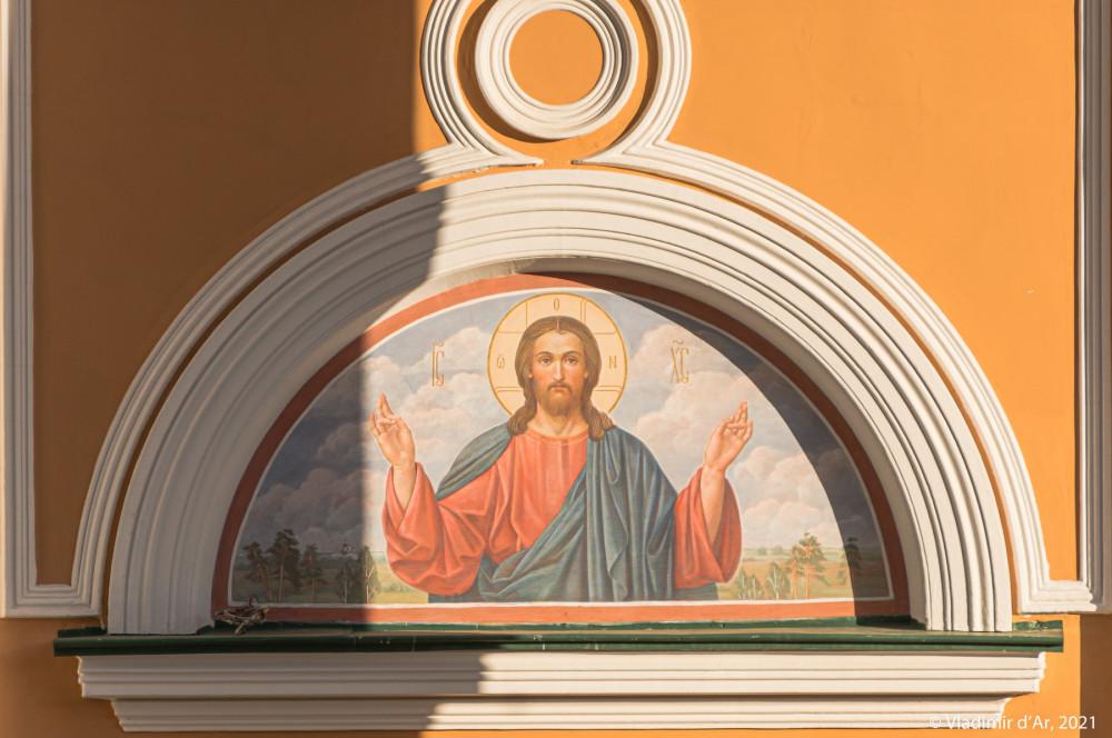 17. Внешняя надвратная фреска Иисус Христос на южном фасаде стены портика