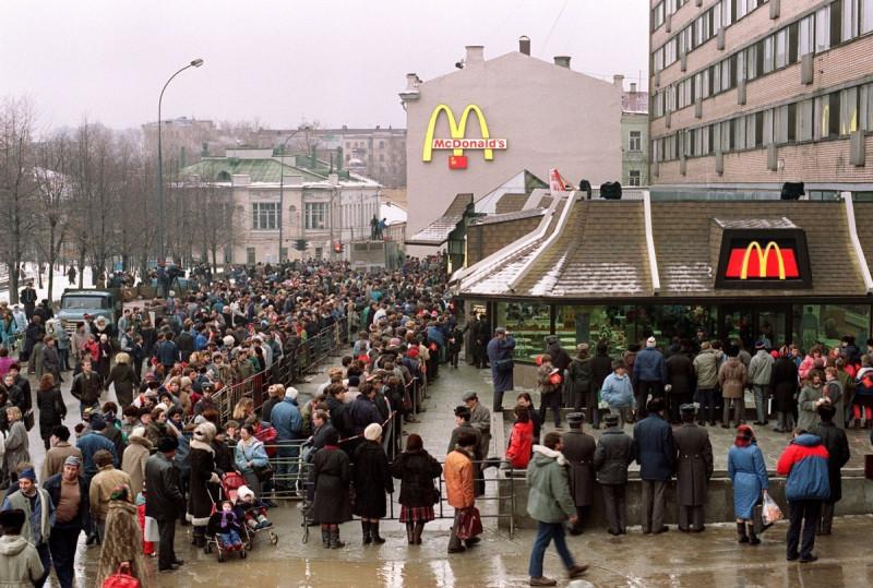 Очередь в первый Макдоналдс в Москве на Тверской