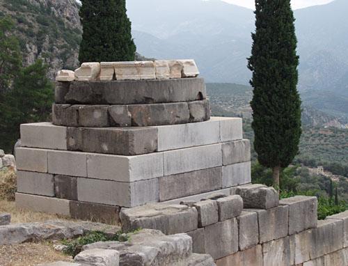 Отреставрированная база треножника в храме Апполона. Мрамор. 480 год до Р.Х. Дельфы, Греция.