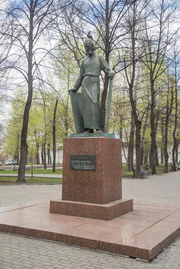 Спасо-Андроников монастырь. Памятник Андрею Рублеву.