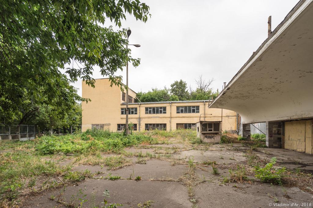 Земля бывшего монастырского кладбища - ДК Серп и Молот