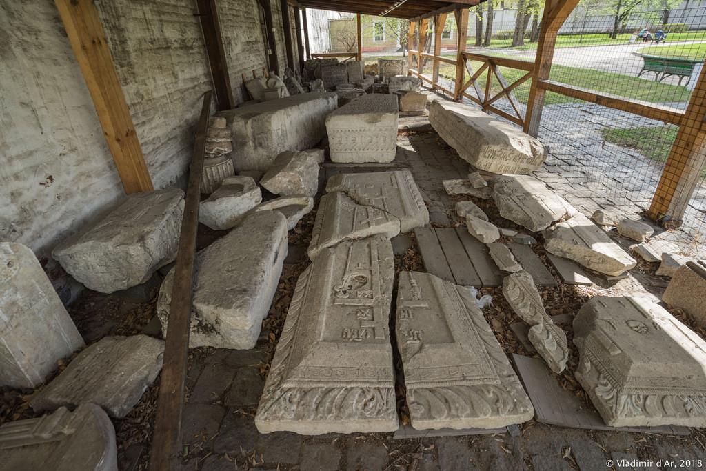Спасо-Андроников монастырь. Надгробия некрополя.